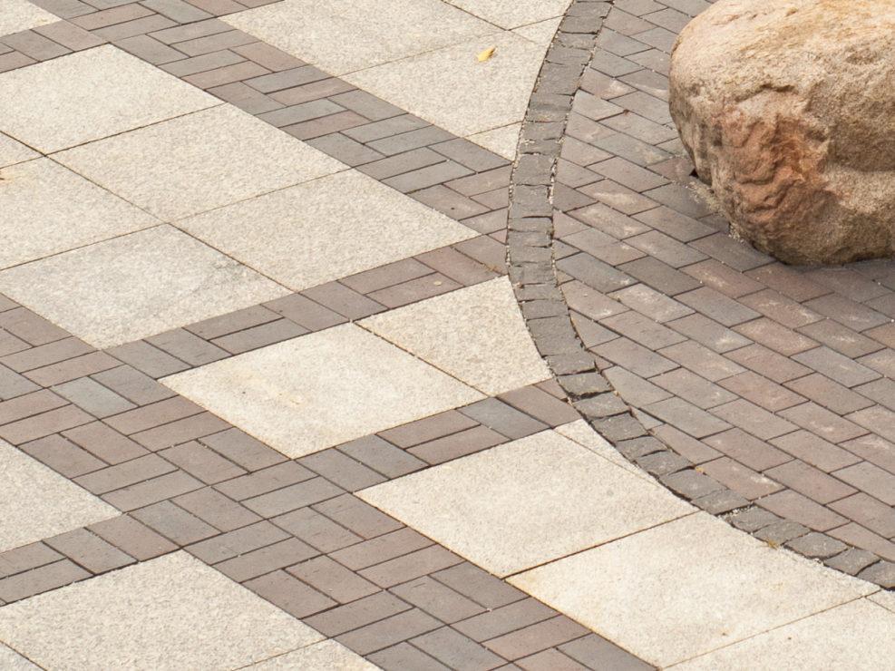płyty granitowe i czarny klinkier z dodatkiem kostki bazaltowej