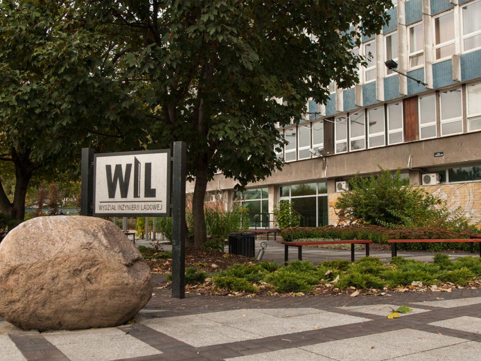 przed wejściem do budynku PW